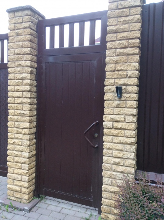 Откатные ворота с деревянной обшивкой