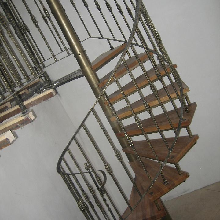 Маршевая лестница с коваными узорами
