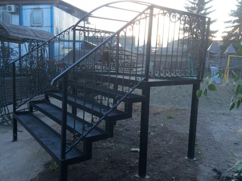 Маршевая сварная лестница черная