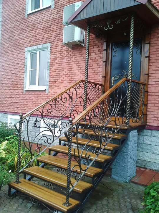 Маршевая лестница с коваными перилами