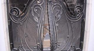 Дверца на камин с кованными узорами